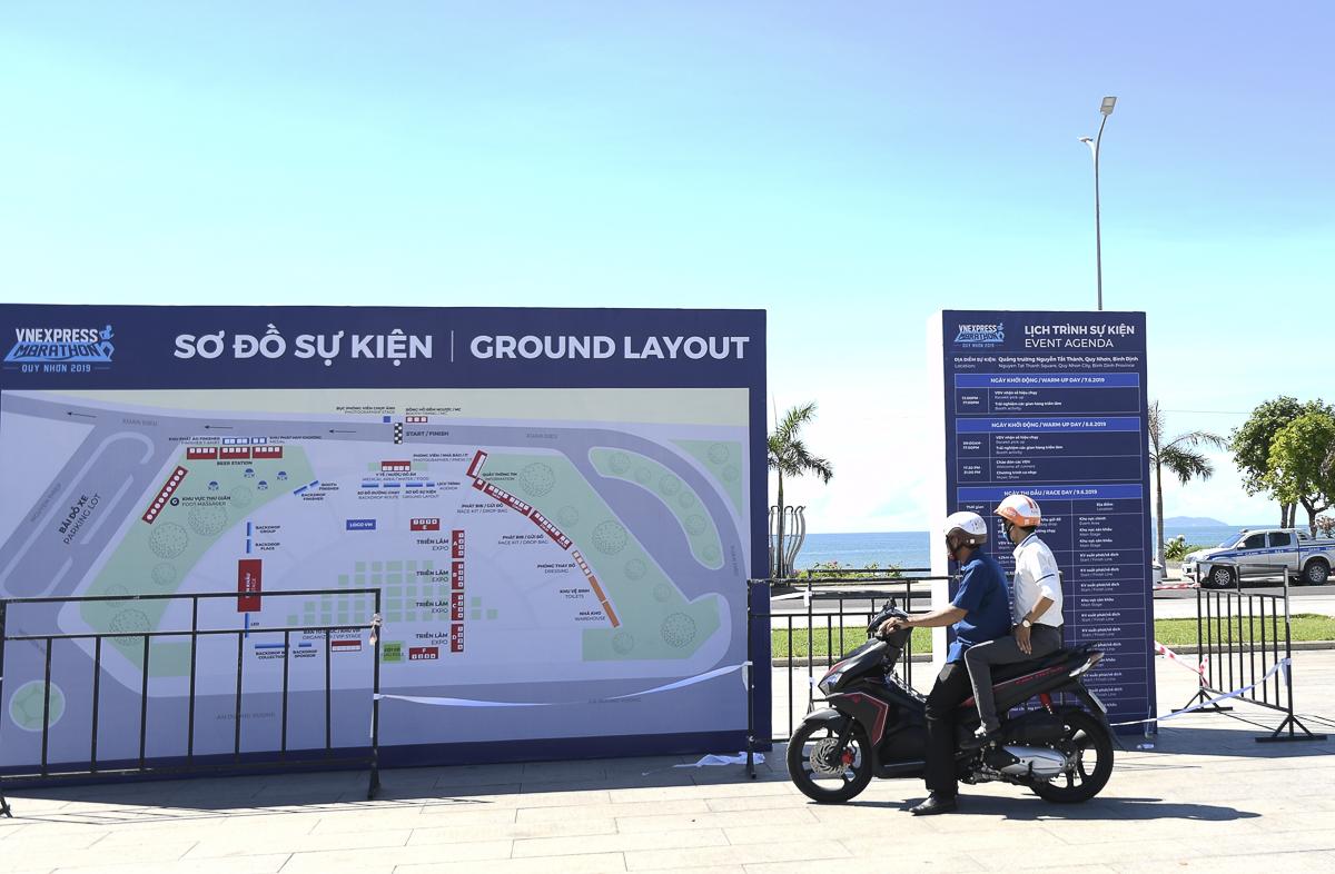 Sơ đồ sự kiện, chặng đường chạy, lịch trình mới được dựng lên. Hai du khách người Quảng Trị thích thú xem thông tin của giải chạy.