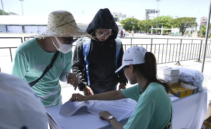 Thời tiết đầu chiều khắc nghiệt khiến cả vận động viên và Ban tổ chức phải tìm mọi khách chống nóng với mũ, khẩu trang, áo khoác, kính râm.