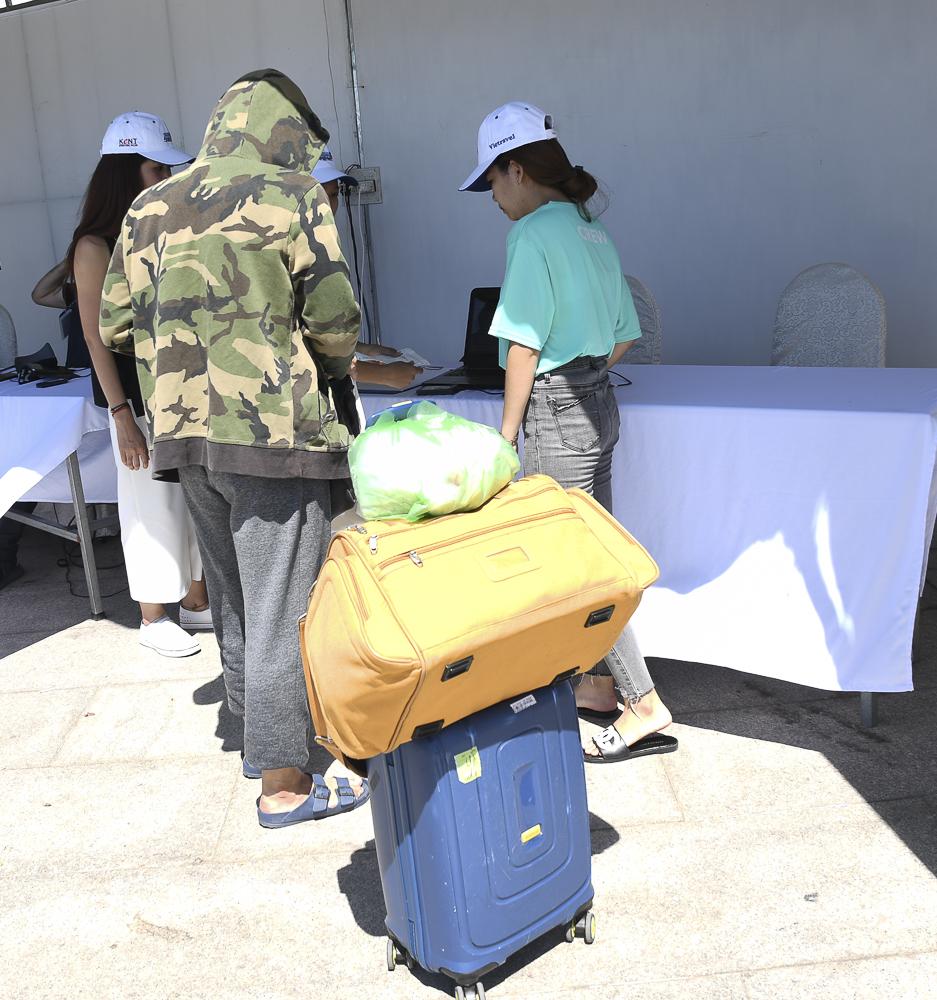 Nhiều người vừa từ xa đến,mang theo hành lý đếnthẳng quảng trường Nguyễn Tất Thành.