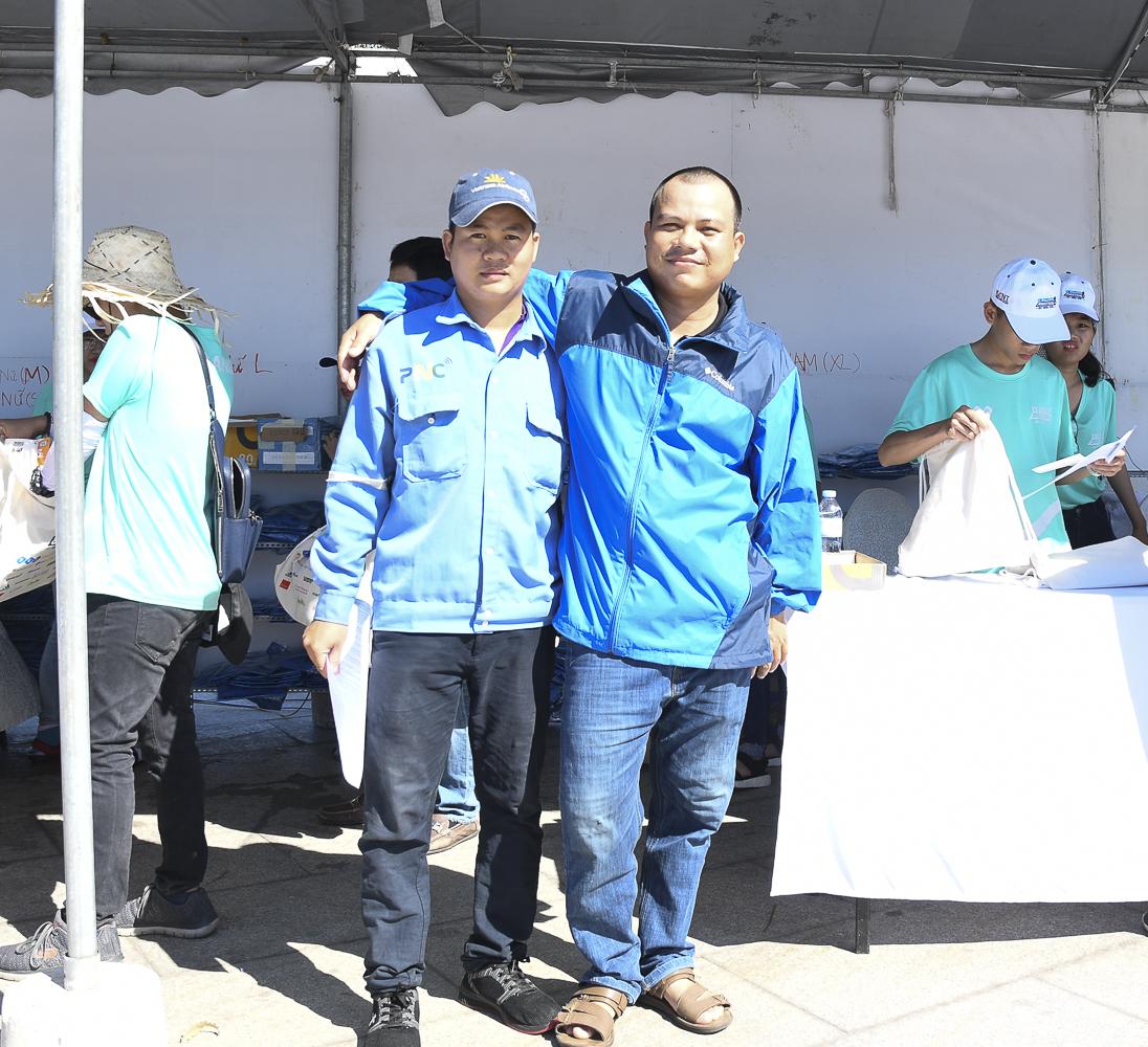 Anh Lê Ngọc Tiên và Dương Duy Khánh - bộ đôi kỹ thuật viên FPT Telecom Bình Định là 2 thành viên nhà F đầu tiên nhận bộ race-kit cho cự ly 5km.