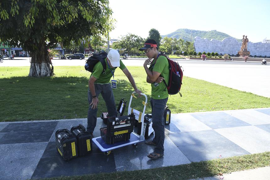 Thành viên ban tổ chức kiểm tra thiết bị đo thời gian chạy. Giải sẽ chính thức diễn ra sáng 9/6 tới.