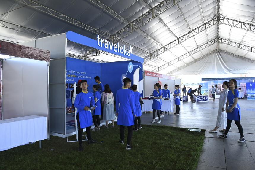 Khu vực các gian hàng đã hoàn thiện hơn sáng nay. Một vài gian hàng đã tổ chức các hoạt động cho vận động viên tham gia.