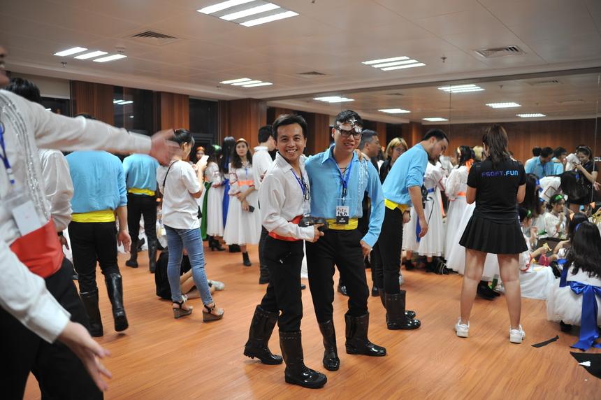 Phạm Khánh Duy, FPT Software, đã vào FPT được 2 năm nhưng đây là lần đầu tiên tham gia Sao Chổi. Nụ cười rạng rỡ cùng phong thái vui vẻ, Duy sẵn sàng 100% để lên sân khấu nhưng vẫn cảm thấy hồi hộp khi thấy các đội khác trình diễn.