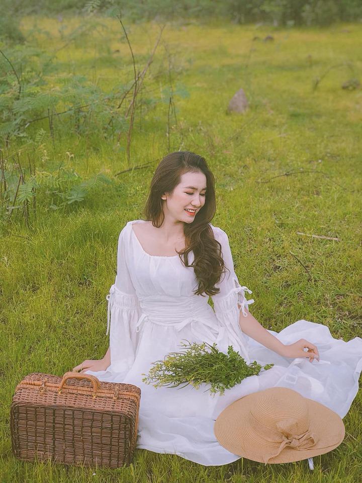 """""""Tôi thấy hoa vàng trên cỏ xanh"""", lời tựa của bức ảnh được cô gái sử dụng để miêu tả về sự bình yên và trong lành..."""