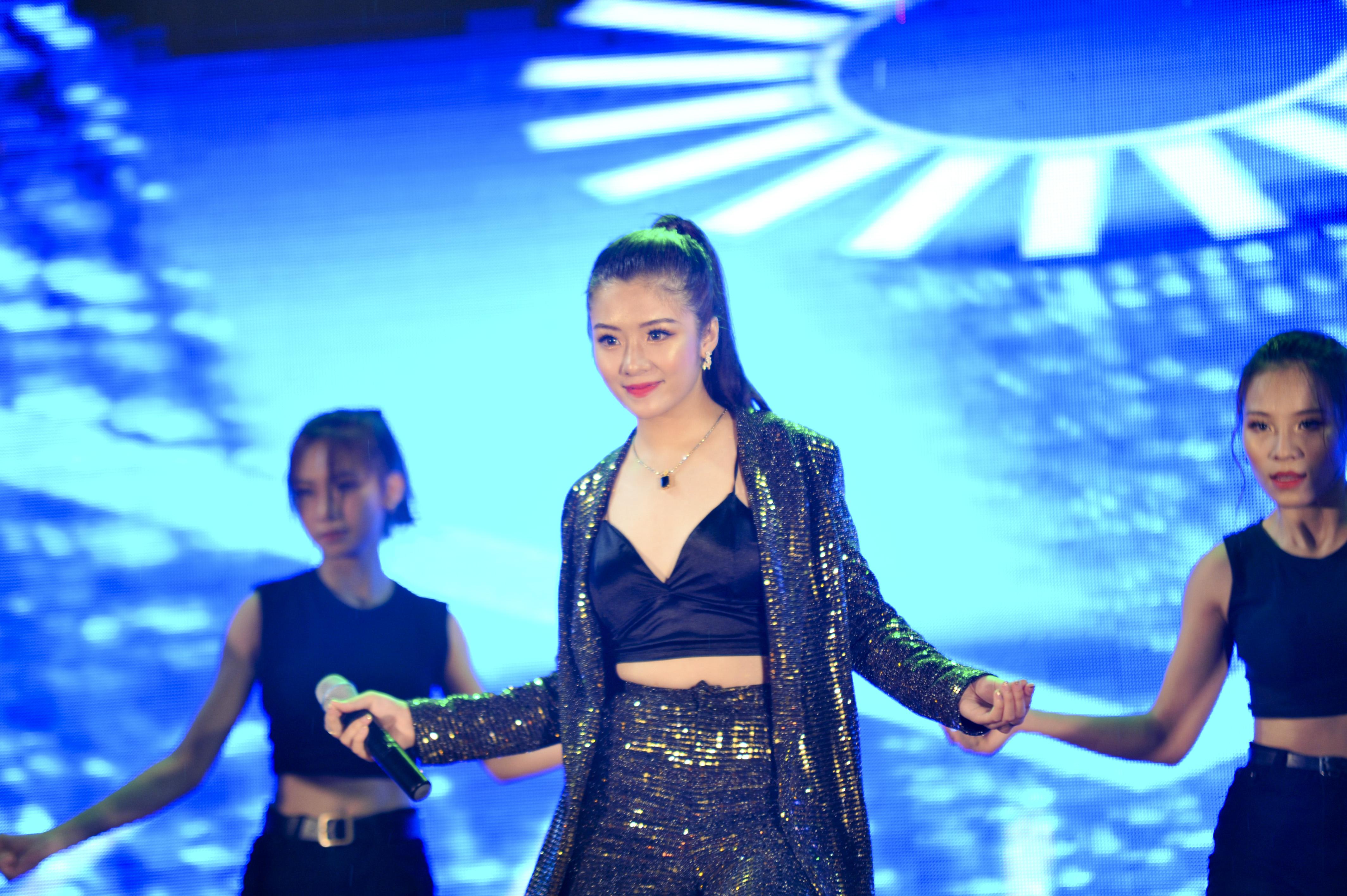 """Hot girl"""" xứ chè Thái Nguyên - Phạm Thị Linh Chi thiêu đốt sân khấu bằng màn biểu diễn hát kết hợp vũ đạo nóng bỏng, bài bản."""