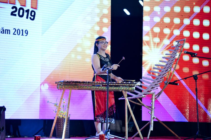 """Thí sinh Đinh Thị Thu Na (Đà Nẵng) lại mang cả không gian núi rừng Tây Nguyên về thủ đô với tiếng đàn đá và đàn T'Rưng. Thu Na còn gây ấn tượng khi biểu diễn bản hit thế giới """"Despacito"""" bằng nhạc cụ đàn đá. Cô bạn cũng là chủ nhân của giải Ba chung cuộc."""