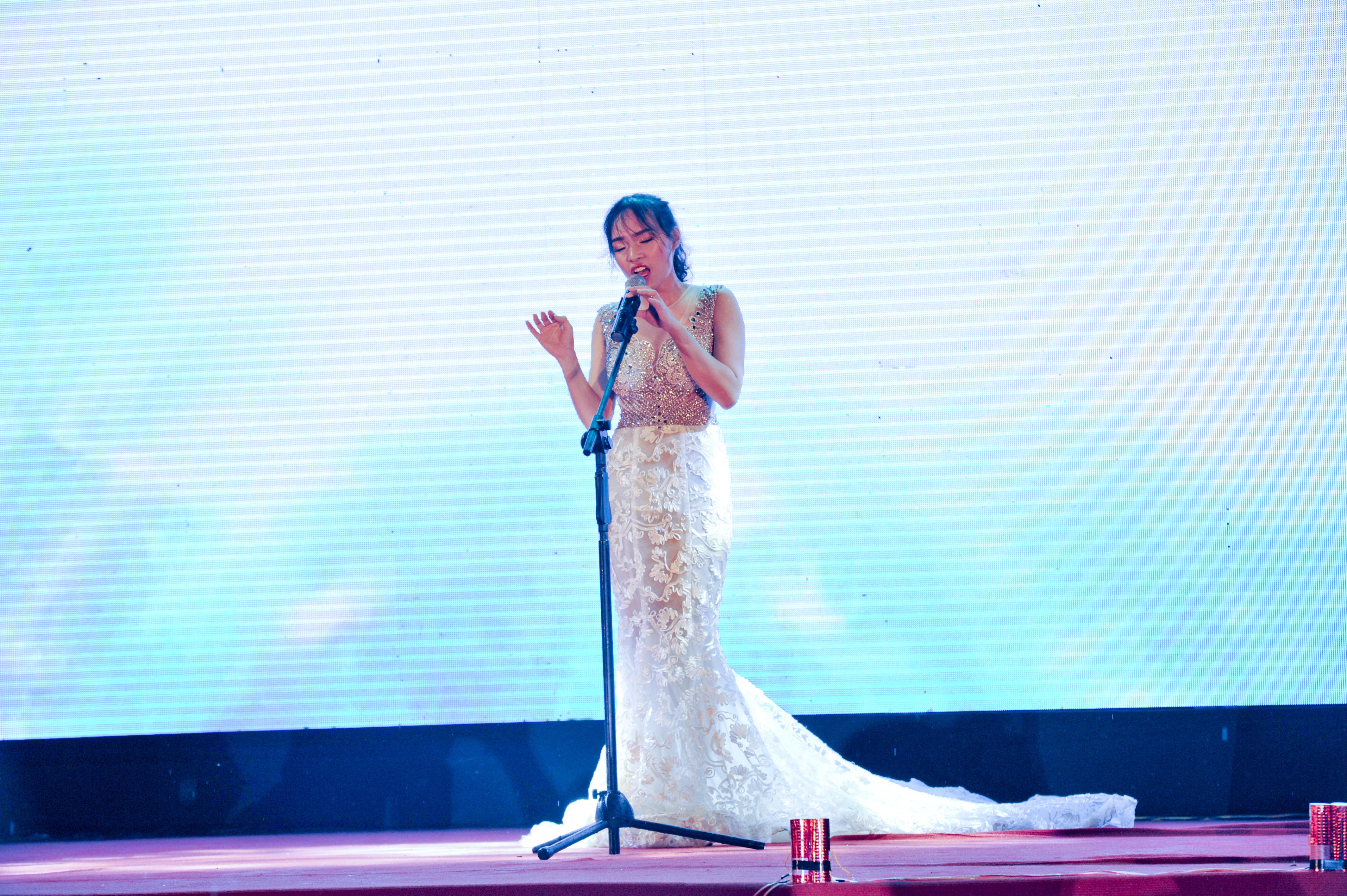 """Lương Đặng Khánh Lưu khiến không khí lắng lại với bản hit """"Chandelier"""" của nữ ca sĩ Sia."""