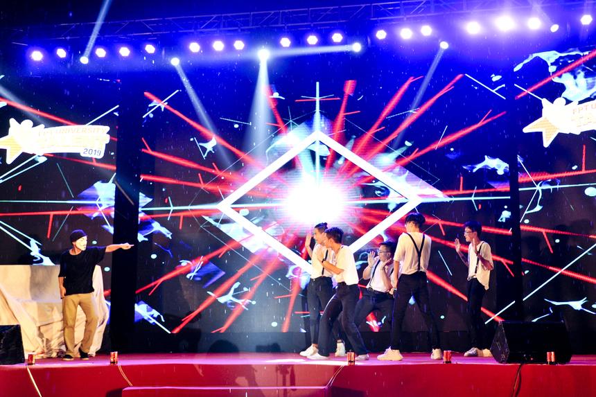 Chương trình mở màn với tiết mục nhảy của CLB Hip hop ĐH FPT.