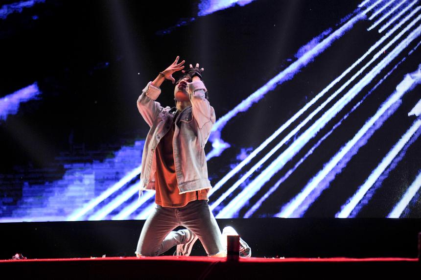 Ngoại hình nhỏ con nhưng Bùi Thanh Tùng lại sở hữu những bước ngảy dứt khoát đây mạnh mẽ. Thanh Tùng trình diễn khả năng nhảy K-pop và nhận được sự hưởng ứng nhiệt tình từ các khán giả trẻ.