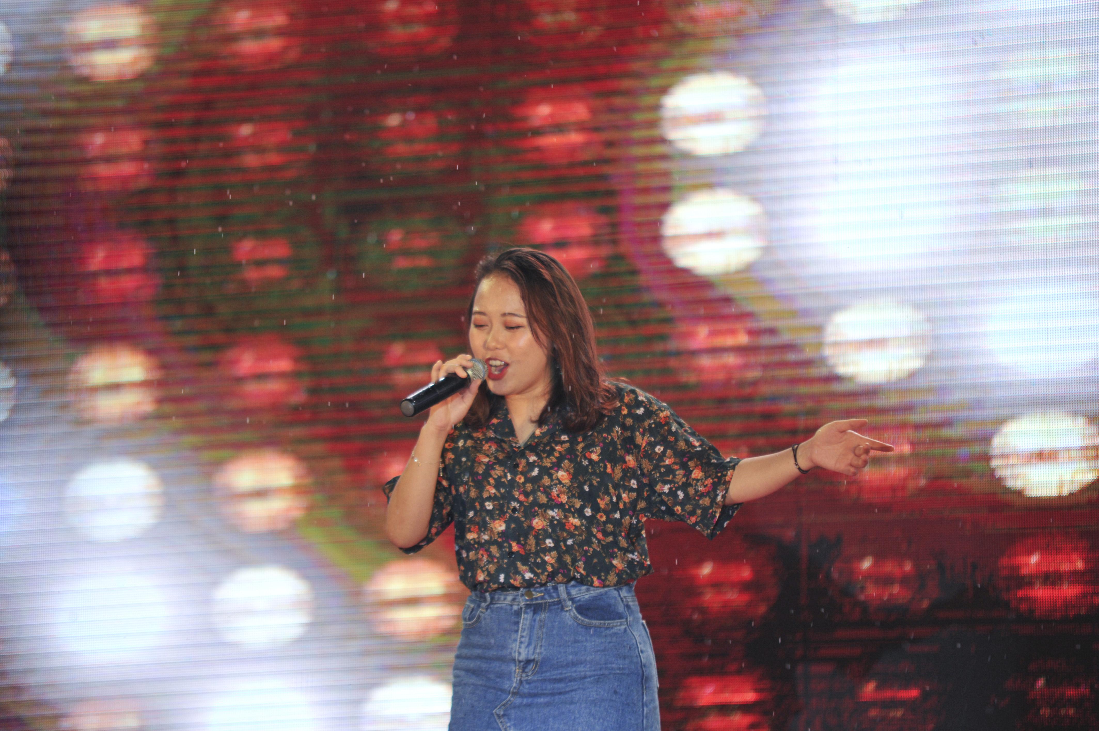 """Quán quân FPT University Talent mùa 2 - Đỗ Hải Băng xuất hiện trên sân khấu và mang đến một bài hát dân gian đương đại. Ngay trước đó, tối 6/5, Hải Băng đã giúp Tổ chức Giáo dục FPT giành giải Vàng tại nhạc hội Sao Chổi của tập đoàn FPT. Chia sẻ sau bài hát, cô sinh viên năm nhất của ĐH FPT cho biết: """"Danh hiệu Quán quân FPT University Talent giúp em trau dồi kinh nghiệm và tiếp tục đam mê cháy bỏng với âm nhạc trong suốt một năm qua. Em hoàn toàn tự tin với con đường này và lựa chọn đến với ĐH FPT là điều đúng đắn nhất đối với em""""."""