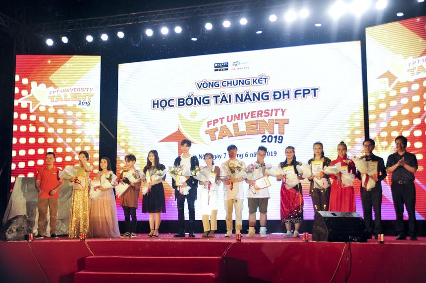 Tối 7/6, đêm Chung kết cuộc thi tìm kiếm Học bổng Tài năng – FPT University Talent 2019 đã diễn ra tại ĐH FPT Hà Nội. 12 thí sinh đã có những màn tranh tài nảy lửa đã tai, đã mắt để tìm ra chủ nhân của danh hiệu cao nhất. Đêm thi có sự góp mặt của Phó hiệu trưởng ĐH FPT Nguyễn Việt Thắng, Phó Giám đốc ĐH FPT Tạ Ngọc Cầu, Trưởng ban Tuyển sinh ĐH FPT Nguyễn Hùng Quân, Giám đốc Tuyển sinh trực tuyến ĐH FPT Vũ Thu Chinh cùng đông đảo cổ động viên và phụ huynh các thí sinh.