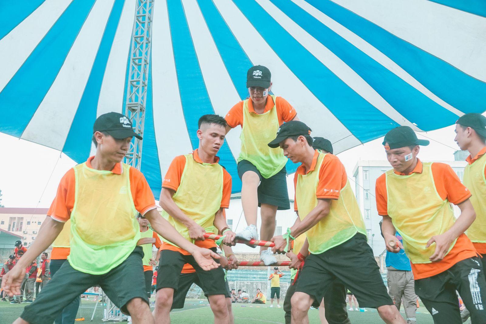 """Anh Trần Quang Đức, nhân viên Marketing FPT Telecom Vùng 2 cho biết: """"Các hoạt động teambuilding nhằm nâng cao tinh thần gắn kết, đồng đội của anh em. Hơn nữa hoạt động chủ yếu dùng chân tay nên anh em đều hào hứng tham gia""""."""