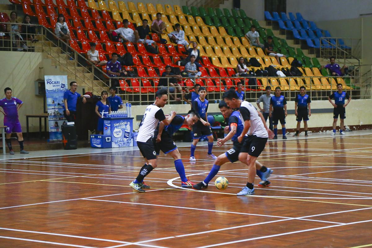 Sau khi để cầu thủ số 5 Nguyễn Duy Nghĩa rút ngắn cách biệt xuống 1-2 cho INF HO ở phút 33, các cầu thủ FTI thi đấu tập trung hơn và không ngần ngại va chạm.