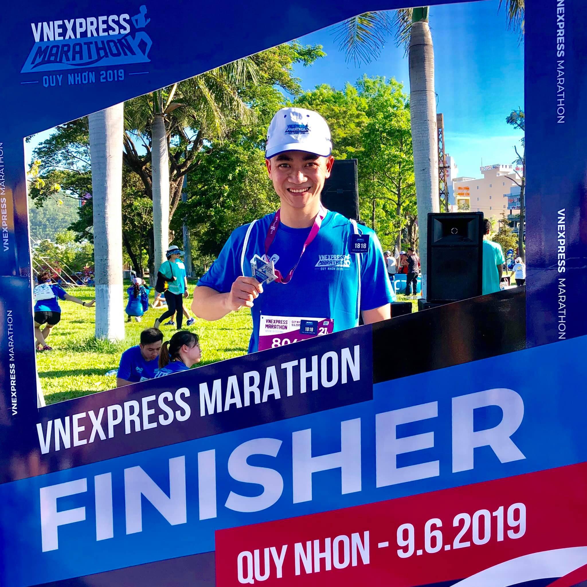 Anh Đinh Văn Nam, Ban Số hoá VnExpress, kết hợp công tác và chạy. Anh hoàn thành cự ly 21 km trong 2h07.