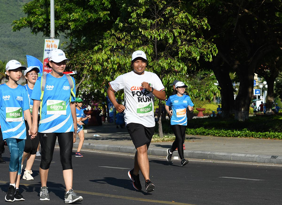 """Nguyễn Tấn Bảo, FPT Telecom Campuchia, là một trong những người về sớm nhất cự ly 10 km. """"Bí quyết là tôi luyện mốc 15 km và đăng ký 10 km để về sớm cho mát"""", Bảo tiết lộ và cho hay sẽ tăng lên 21 km trong giải kế tiếp."""