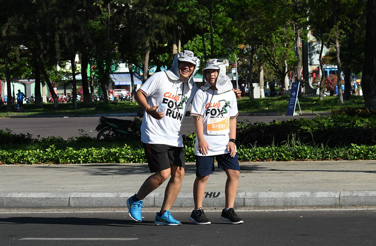 Anh Lâm Khánh Phương, Giám đốc Trung tâm Kinh doanh Sài Gòn 10, cùng con trai chinh phục VnExpress Marathon. Anh Phương chạy 21 km trong khi FPT Small hoàn thành 5 km.