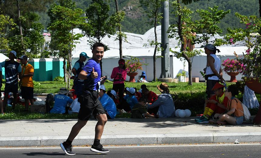 """PTGĐ FPT Telecom Chu Hùng Thắng lần thứ hai chinh phục thành công full marathon. Với giải của VnExpress, nhờ tập luyện tích cực, anh Thắng cán mốc trong khoảng 5h chạy. Yêu thích và tham gia nhiều hoạt động thể thao, và một trong những hoạt động anh lựa chọn từ lâu là chạy bộ. Những buổi sáng hay các dịp cuối tuần, người nhà F dễ dàng bắt gặp PTGĐ FPT Telecom """"mài giày"""" trên những tuyến đường ở Phú Mỹ Hưng hoặc đua cùng nhóm FOX RUN."""