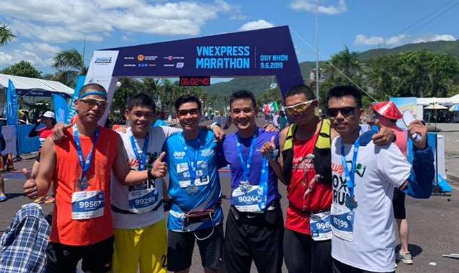 Nhóm chân chạy FPT Telecom chinh phục full marathon sớm tranh thủ chụp hình trong khi đợi các đồng nghiệp hoàn thành đường chạy.