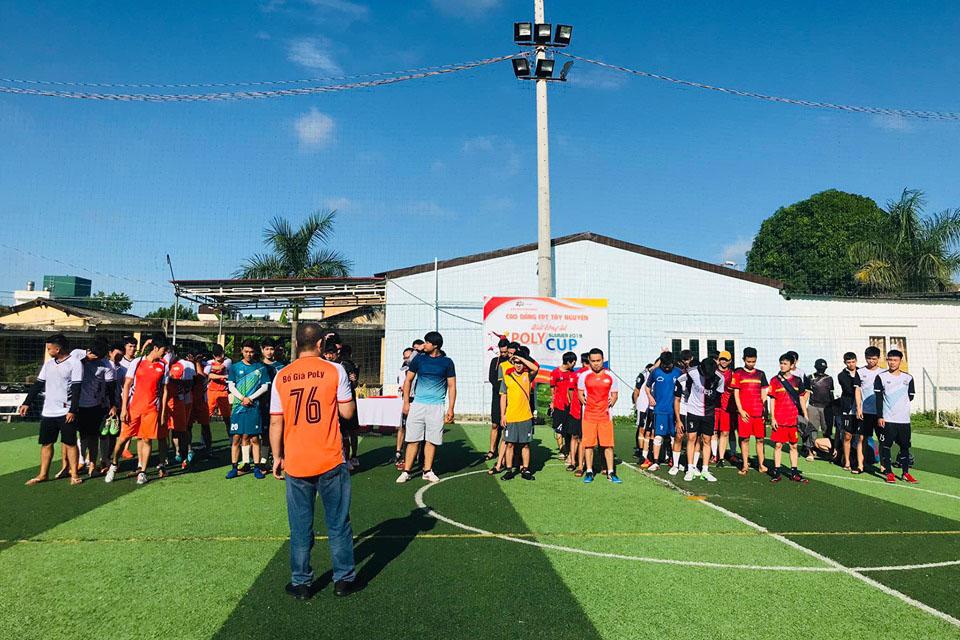 """Lễ khai mạc diễn ra trên sân bóng Tân Thái Long, 44 Y Moan, TP Buôn Ma Thuột. Anh Trần Trung Hiếu, Trưởng Ban tổ chức, cho biết, nhà trường hy vọng tạo sân chơi để sinh viên thể hiện niềm đam mê và tài năng đá bóng. """"Trở thành truyền thống, giải như một phần không thể thiếu trong môi trường đào tạo toàn diện của FPT Polytechnic Tây Nguyên"""", anh chia sẻ."""