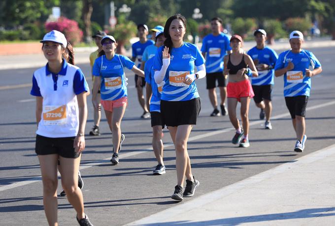 Cô xuất phát lúc 6h30, cán đích và nhận kỷ niệm chương lúc 7h10. Vì tim yếu, cô chọn tham gia cự ly ngắn 5 km.