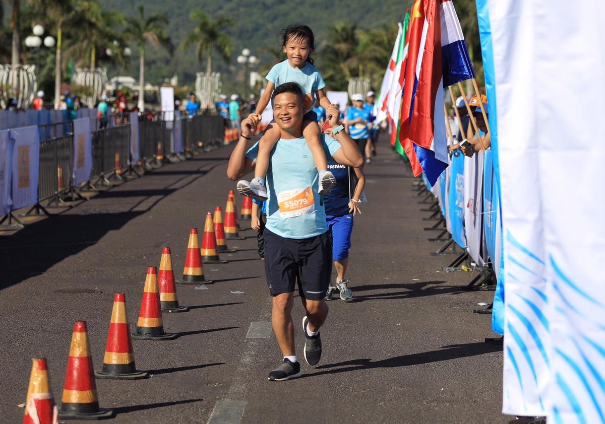 """Trong lúc Nguyễn Phương Thuỳ, nổi danh trong làng chạy với nickname """"Thuỳ Oliver"""" chạy 21km, chồng và con gái của chị vui vẻ tận hưởng đường chạy 5km. Đây là lần đầu tiên con gái của Thuỳ Oliver dự một giải phong trào."""
