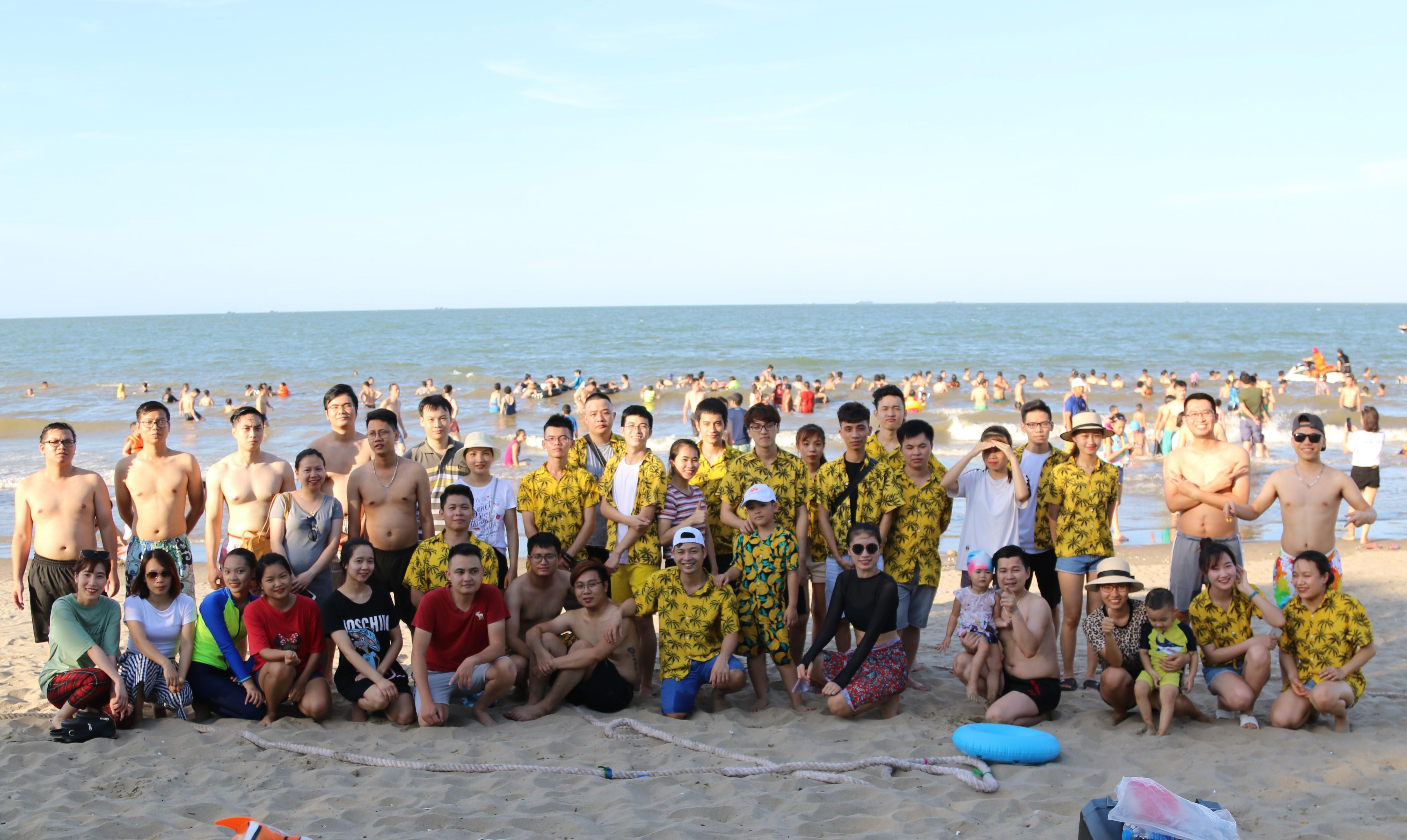 Sau hơn 6 giờ đồng hồ di chuyển cả đoàn đã có mặt tại biển Cửa Lò, nghỉ ngơi ăn trưa lấy lại sức. Ai nấy đều rất phấn khích cho hoạt động cho buổi chiều.