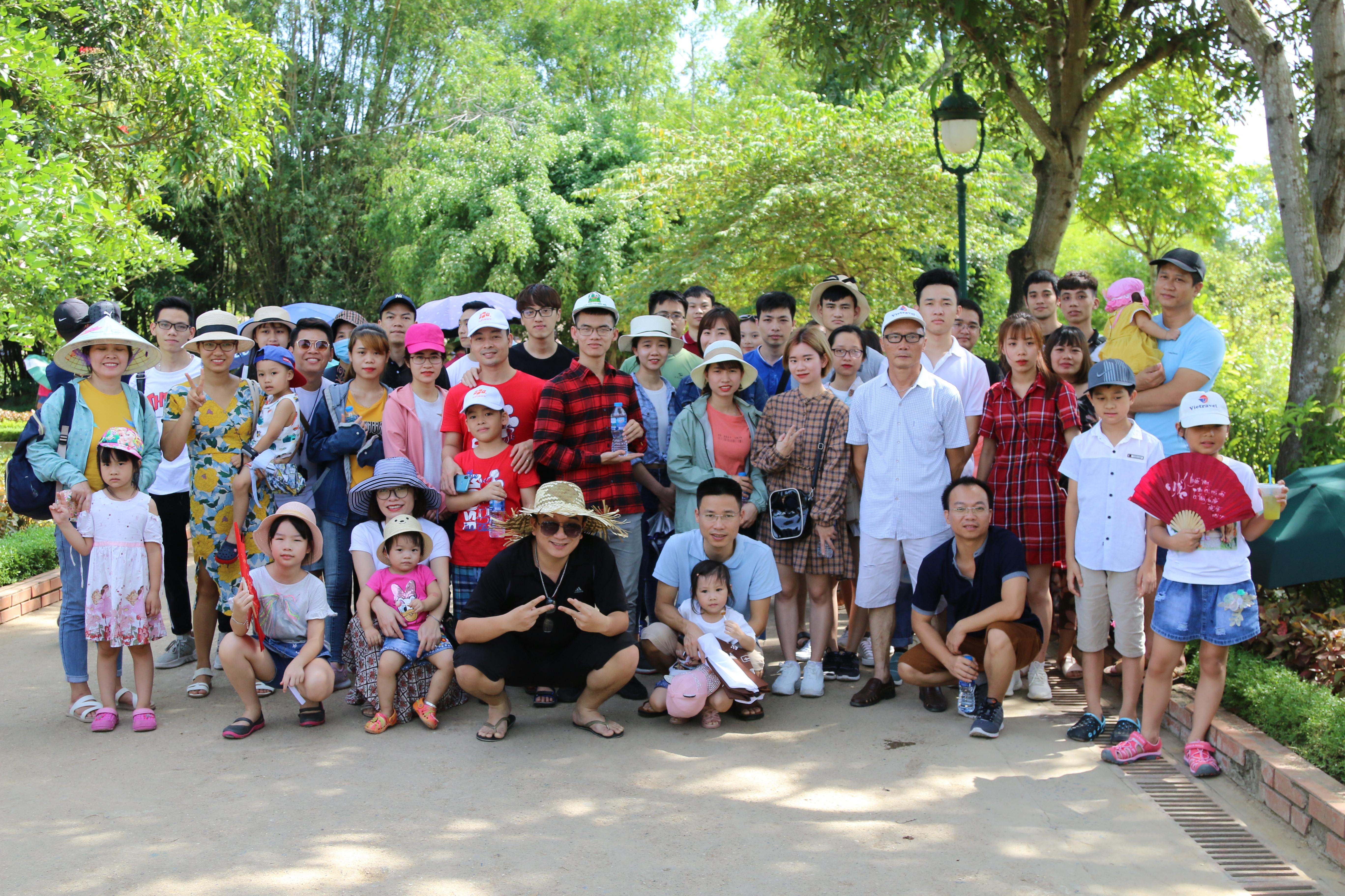 Cả đoàn đến thăm Làng Sen quê Bác, mảnh đất địa linh nhân kiệt, nơi đã sinh ra người cha già của dân tộc.