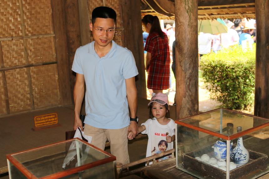 Anh Lê Anh Dũng (FHO.PID), cùng cô con gái nhỏ thăm những kỷ vật, ngôi nhà của Bác. Em bé tỏ ra rất thích thú khi được bố đưa đi thăm quê hương Bác Hồ.