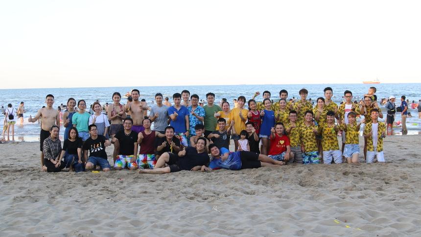 """Chuyến teambuilding biển 2019 là một kỳ nghỉ đáng nhớ của gia đình FHO.FST với nhiều kỷ niệm, khoảnh khắc đẹp về tình bạn, tình đồng đội được ghi lại. Qua chuyến đi này anh em trong đơn vị sẽ gần gũi, đoàn kết hơn và cùng nhau trưởng thành, tiếp tục phát huy tinh thần """"play together, work together"""" (làm việc cùng nhau, chơi cùng nhau)."""