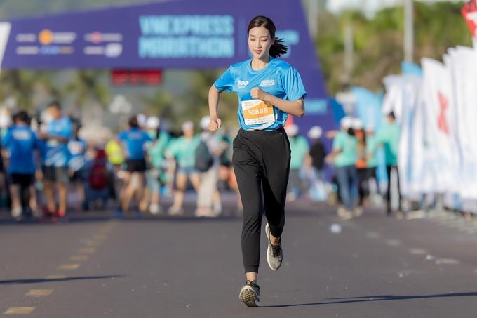 Hoa hậu Mỹ Linh đáp chuyến bay đến Quy Nhơn đêm 8/6, sau khi kết thúc họp báo Cuộc đua kỳ thú. Cô cũng chinh phục cự ly 5 km giống Mai Phương Thúy.