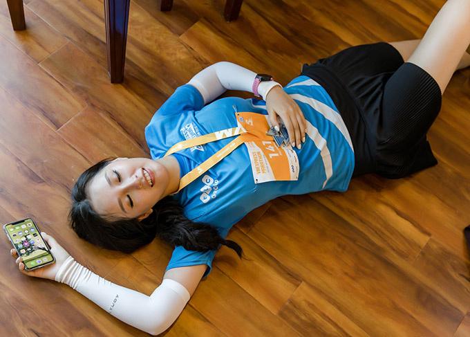 Khi về đến khách sạn, Mai Phương Thúy nằm lăn ra sàn nhà vì mệt. Thời tiết nắng nóng cộng thêm gió biển thổi mạnh khiến cô đuối sức. Tuy nhiên, người đẹp thấy vui vì đã hoàn thành được mục tiêu.