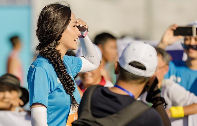 """Mai Phương Thúy cùng khoảng 5.000 người chạy bên bờ biển Quy Nhơn (Bình Định) tại giải VnExpress Marathon. Hoa hậu Việt Nam 2006 thu hút các ống kính máy ảnh khi xuất hiện. VnExpress Marathon là giải chạy thường niên. Giải năm nay - VM Quy Nhơn 2019 - do báo điện tử VnExpress phối hợp cùng Ủy ban Nhân dân tỉnh Bình Định tổ chức. Bên cạnh các hoạt động thể thao, khám phá đường chạy và quay xổ số may mắn, VM Quy Nhơn 2019 là dịp để người chạy tham gia làm từ thiện. Với phương châm """"mỗi bước chạy của bạn sẽ góp một viên gạch vào chương trình ánh sáng học đường, nhằm cải thiện điều kiện học tập của các em học sinh"""", ban tổ chức sẽ trích 10% từ tổng số tiền đăng ký dự giải của các VĐV, đóng góp vào Quỹ Hy Vọng của báo VnExpress"""