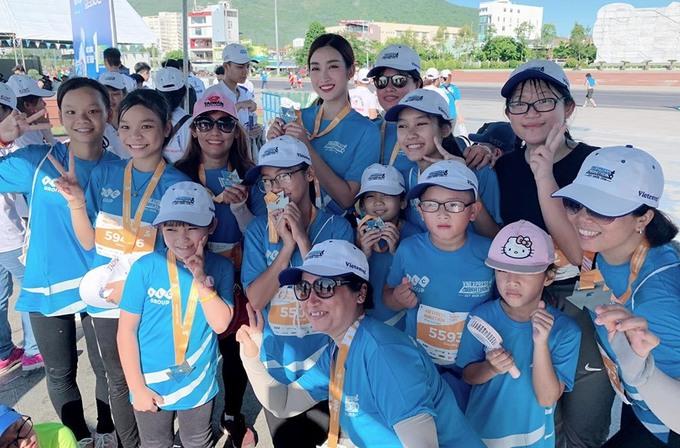 Các runners chụp ảnh lưu niệm cùng hoa hậuMỹ Linh.