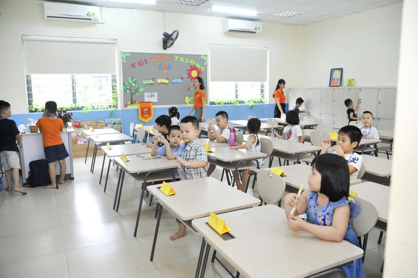 """Đại diện BTC, anh Trần Vũ Quang (cán bộ FPT Schools) cho biết, đây là lần thứ 2 FPT Schools tổ chức trại hè nhưng là lần đầu tiên có sự hiện diện của các con em cán bộ, nhân viên FPT. """"Sau hơn 1 tháng chuẩn bị với đông đảo sự tham gia của đội ngũ cán bộ, giảng viên, về cơ bản mọi vấn đề đều được giải quyết tương đối ổn. Lần này còn có con em của người FPT mình nên nhà trường cũng cố gắng phối hợp nhuần nhuyễn với các anh chị công đoàn bên các công ty thành viên"""", anh Quang chia sẻ."""