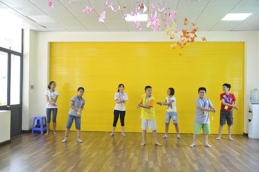 Bên cạnh các giờ học văn hóa, vui chơi, khám phá, các FPT Small còn được trải nghiệm những tiết học vận động, thể dục thể thao như dacne, hipop, bơi lội, vovinam...