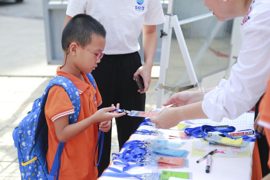 Sáng 10/6, hơn 200 bạn nhỏ là con em của cán bộ tập đoàn FPT cùng các học sinh của Trường Tiểu học và THCS FPT Cầu Giấy đã có buổi gặp mặt đầu tiên trong chương trình trại hè 2019. Ảnh: Anh Tuấn