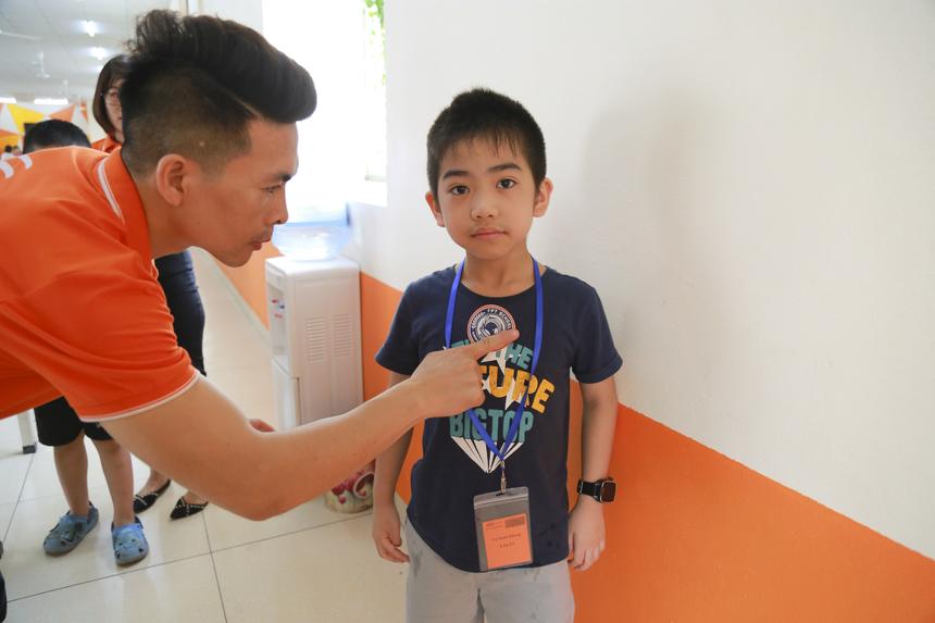 Sau mỗi thử thách, học viên nhí sẽ được dán một chiếc huy chương để chứng nhận cho sự cố gắng.