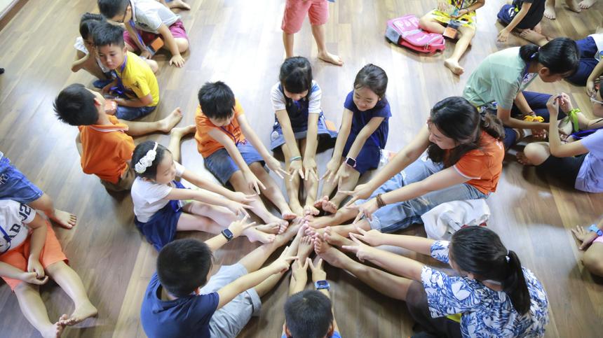 Khi đã dần hòa nhập, các bé thoải mái vui chơi cùng cô giáo.