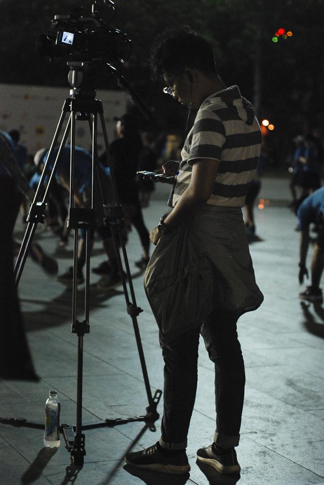 Bộ phận video ghi lại những hoạt động đầu tiên của vận động viên trước giải chạy. Mỗi người trong nhóm đều kè kè bộ đàm để đảm bảo góc quay chuẩn nhất có thể.