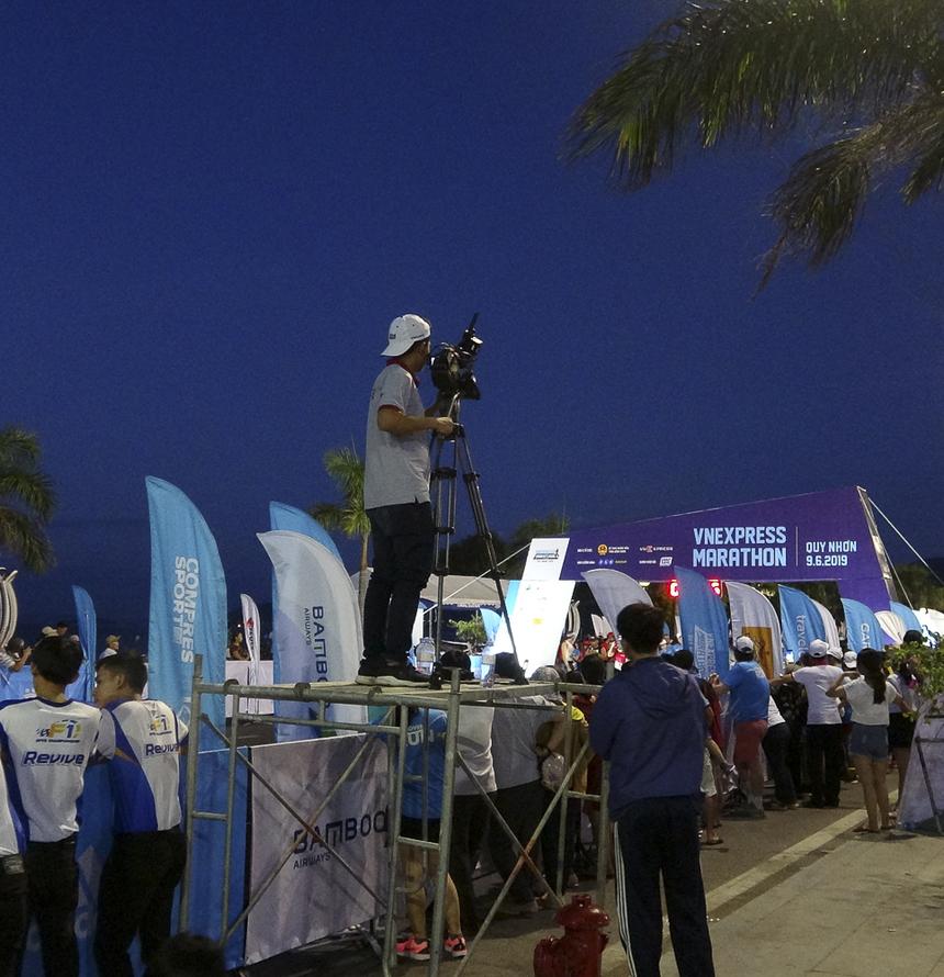 Trước 4h sáng, các tay máy sẵn sàng tác nghiệp. VnExpress điều động đến giải chạy Quy Nhơn 200 nhân sự ở các vị trí khác nhau, trong đó có hơn 20 phóng viên ảnh và hơn 20 cameraman.