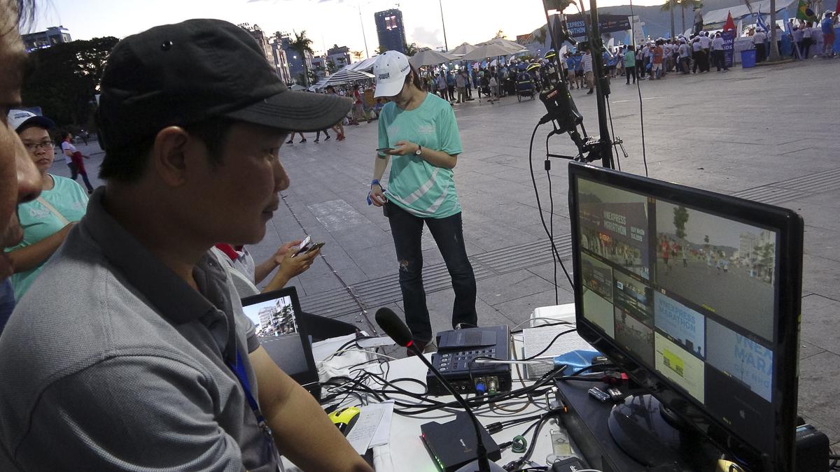Anh Lê Hồng Phúc điều hành nhóm livestream sự kiện.