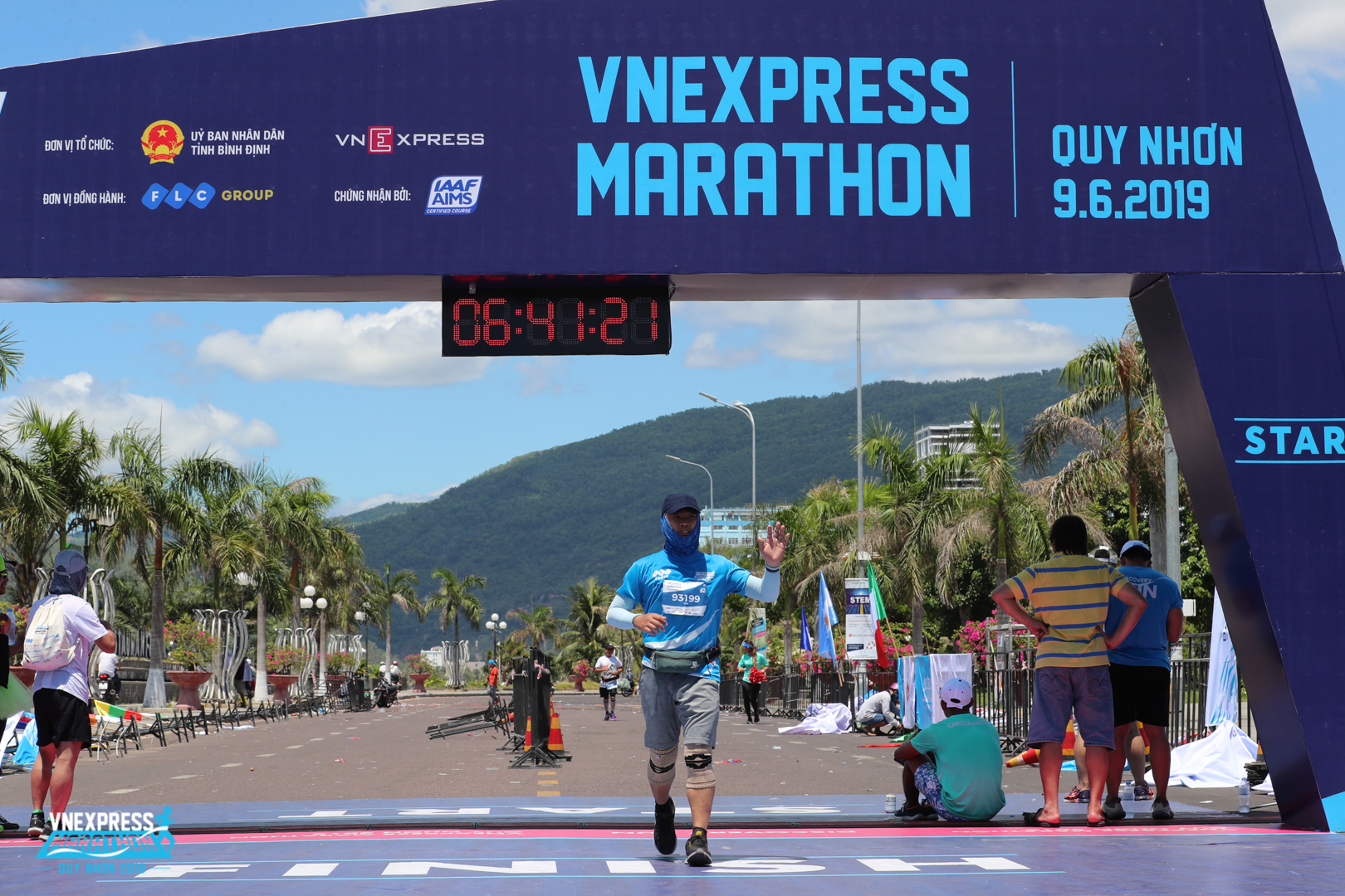 """""""Không tin mình có thể hoàn thành full marathon 42km, dù tốc độ trung bình hơi tệ do căng cơ ở những km cuối"""", anh Lê Tôn Vinh, Ban dự án FPT Telecom chia sẻ sau khi hoàn thành mốc thách thức ởVnExpress Marathon."""