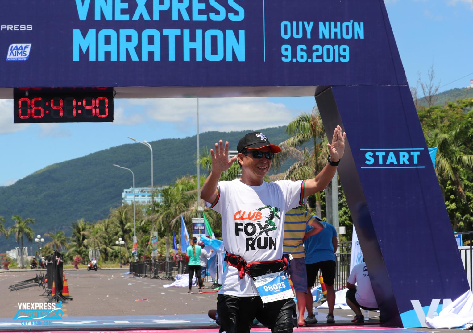 Anh Nguyễn Ngọc Lắm, thành viên của FoxRun, thuộc nhóm cuối cùng kịp về đích ở cự ly 42km. Bí quyết là anh Lắm là 'chậm mà chắc, miễn hoàn thành mục tiêu'.