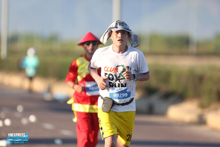 """Trong khi đó, với anh Võ Minh Pháp, Trung tâm Giám sát và Đảm bảo dịch vụ (SCC, FPT Telecom), đây là lần thứ 2 chạy full marathon. Cách nay gần 1 năm, Pháp là một trong 7 người nhà 'Cáo' đã chinh phục cự ly 42 km tại Marathon Quốc tế Đà Nẵng (DNIM) với 5h45. """"Lần này tôi đặt mục tiêu rút ngắn 25 phút so với kỳ trước""""."""
