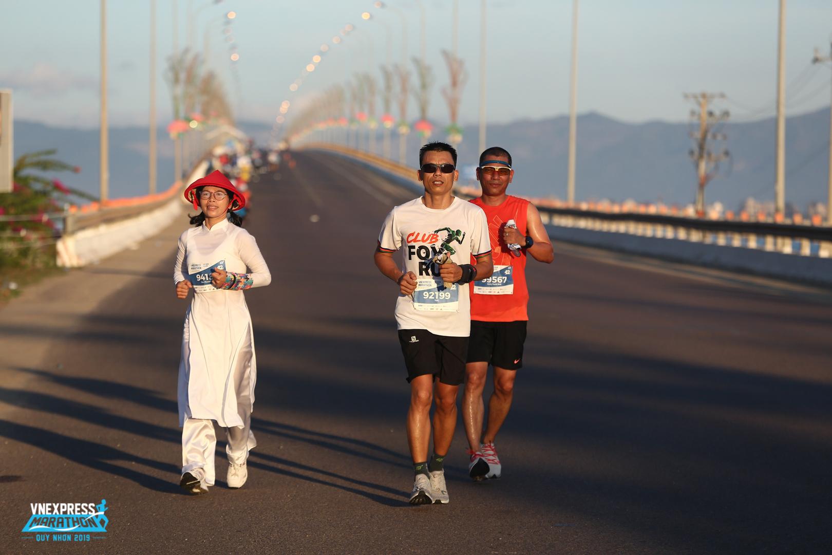"""Khoảnh khắc anh Phạm Công Tứ, Ban dự án Data Center FPT Telecom, đón bình minh ngày mới khi vừa vượt qua cầu Thị Nại - cầu vượt biển dài nhất Việt Nam.""""Tôi muốn thử sức và vượt qua chính mình trên đường chạy đạt chuẩn quốc tế đầy thử thách này"""", anh Tứ chia sẻ về lý do lần đầu đăng ký mốc 42 km. Với người yêu chạy bộ, đỉnh cao chính là hoàn thành một cuộc đua marathon. Chỉ khi ấy, thành viên này mới được cộng đồng xác nhận mạnh mẽ, kiên trì, bền bỉ, lì lợm."""