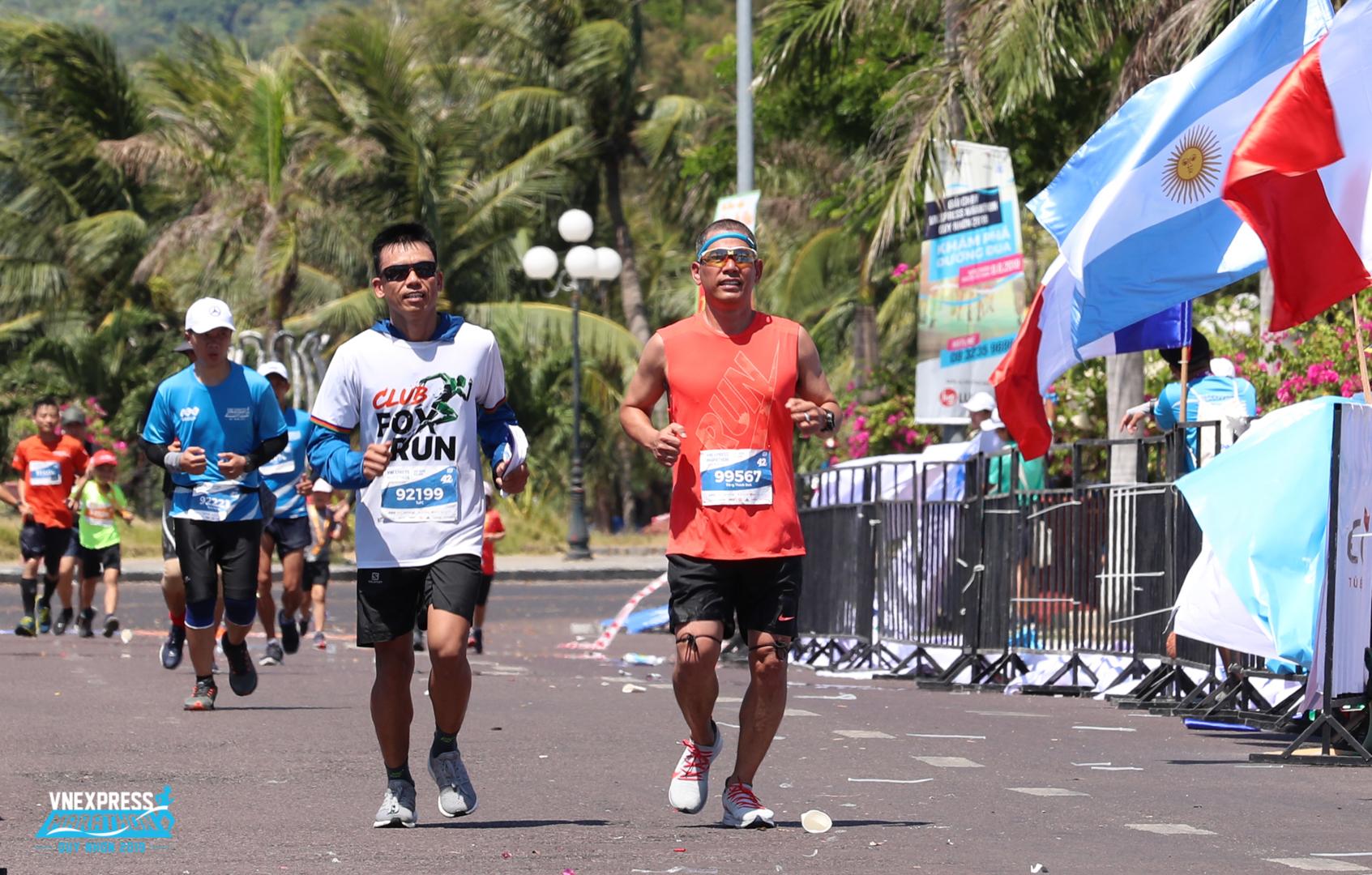 """Lần đầu thử sức cự ly 42, anh Phạm Công Tứ chinh phục thành công marathon khá sớm so với các đồng nghiệp từng chạy nhiều giải trước đó. """"Thật sảng khoái khi lần đầu lên đỉnh 42km mơ ước. Đây là kỷ niệm đáng nhờ trên hành trình chạy của tôi""""."""