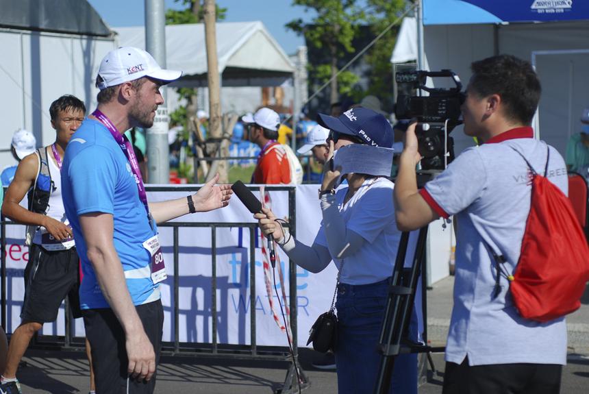 Phối hợp phỏng vấn runner nước ngoài về đích.
