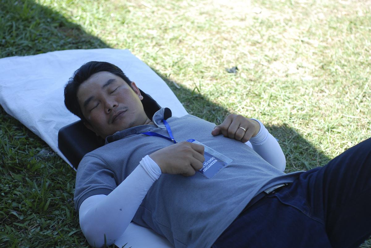 Ngay khi kết thúc livestream, anh Lê Hồng Phúc ngả lưng lên bãi cỏ phía sau khu vực báo chí lấy lại sức.