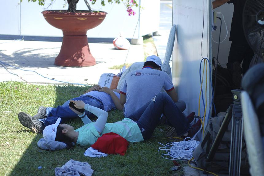 Các phóng viên khác cũng nghỉ ngơi sau một buổi sáng tác nghiệp vất vả.