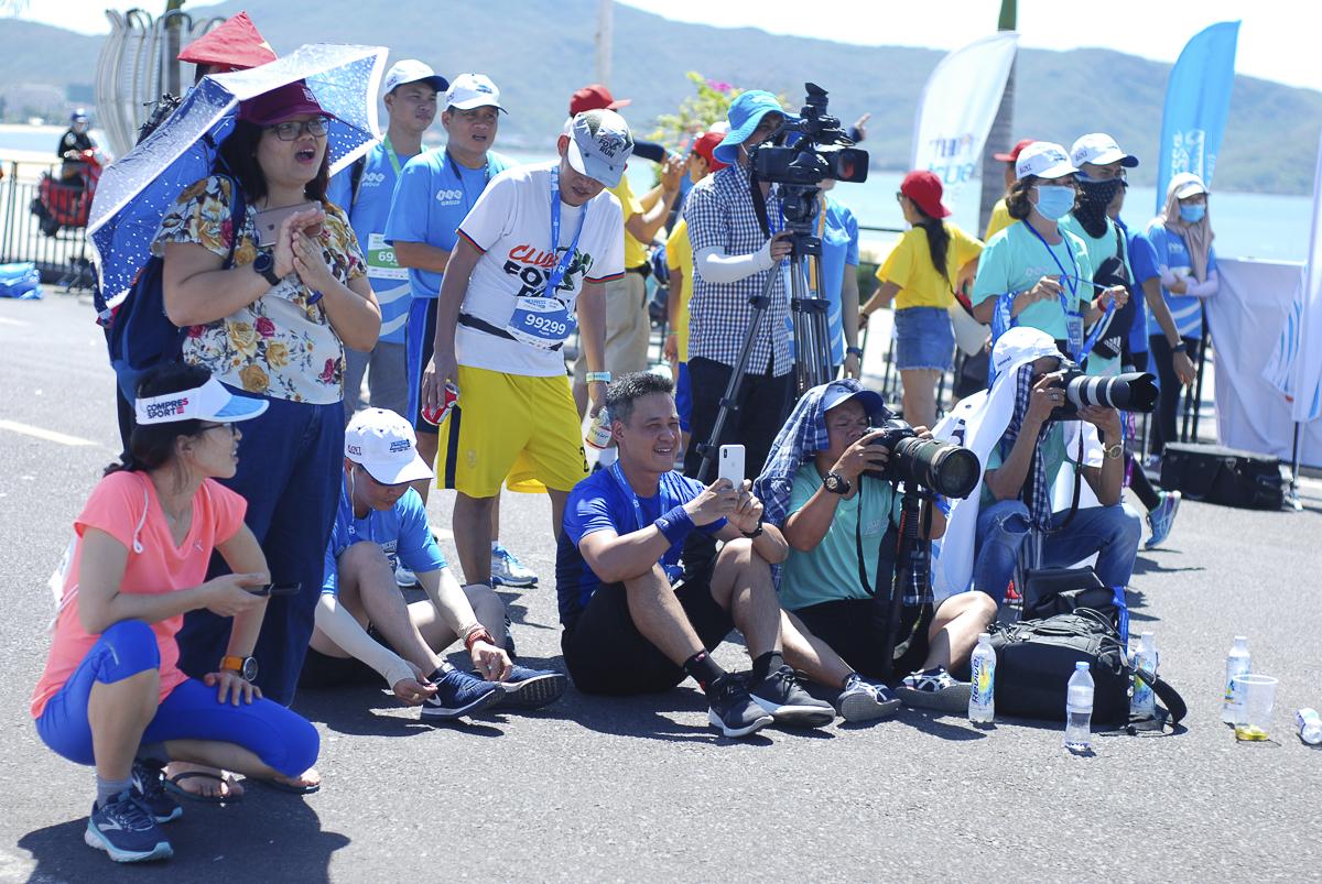 Những phút cuối cùng của giải, nhiều phóng viên và runners ùa ra ngồi ngay giữa đường, sát vạch đích để bắt trọn khoảnh khắc những vận động viên cuối cùng chinh phục thành công 42km.